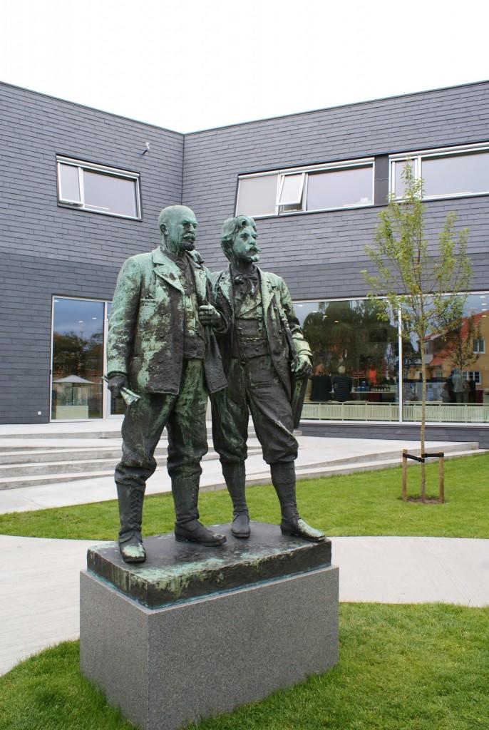 Denkmal Michael Ancher und P.S. Krøyer vor dem Neubau des Skagen Museums